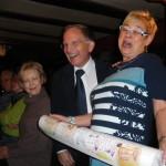 Marlene Schmitz bei der Geschenkübergabe an den ehemaligen Vorsitzenden.